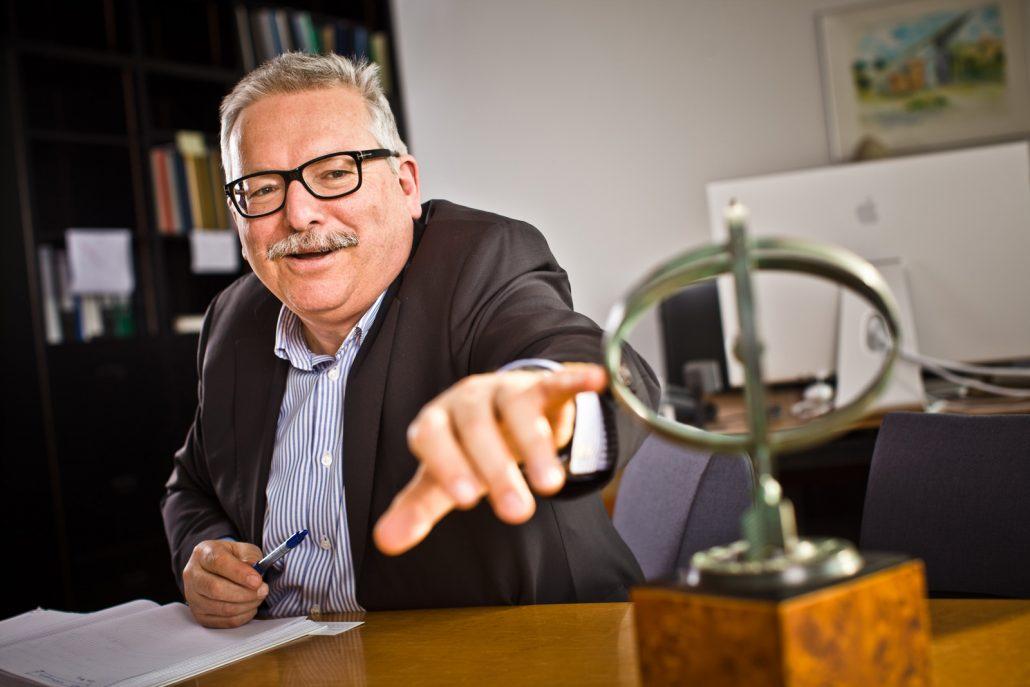 Günther Hasinger erklärt ein Kreiselmodel
