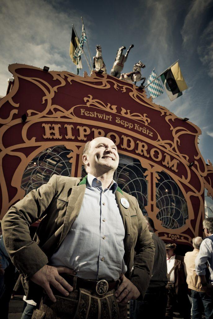 Sepp Krätz stehend vor seinem Festzelt dem Hippodrom