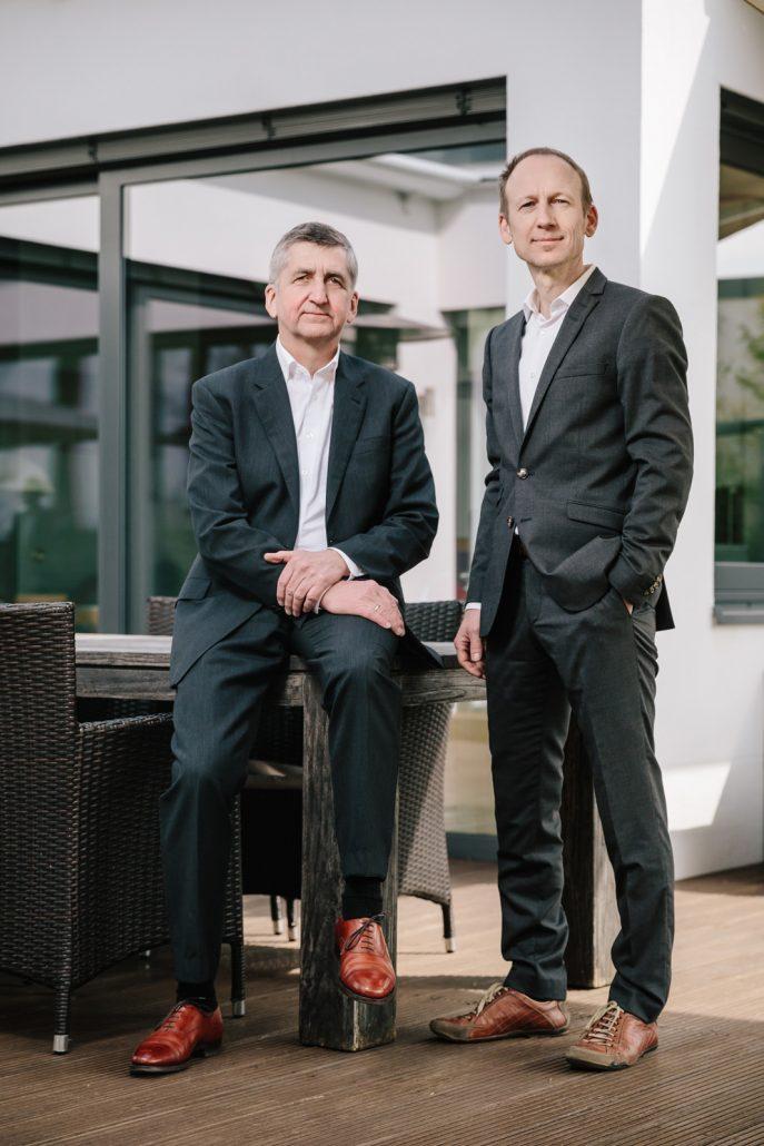 Die beiden Geschäftsführer M. Stiegel und G. Huber auf der Unternehmensterasse in Stadtbergen.