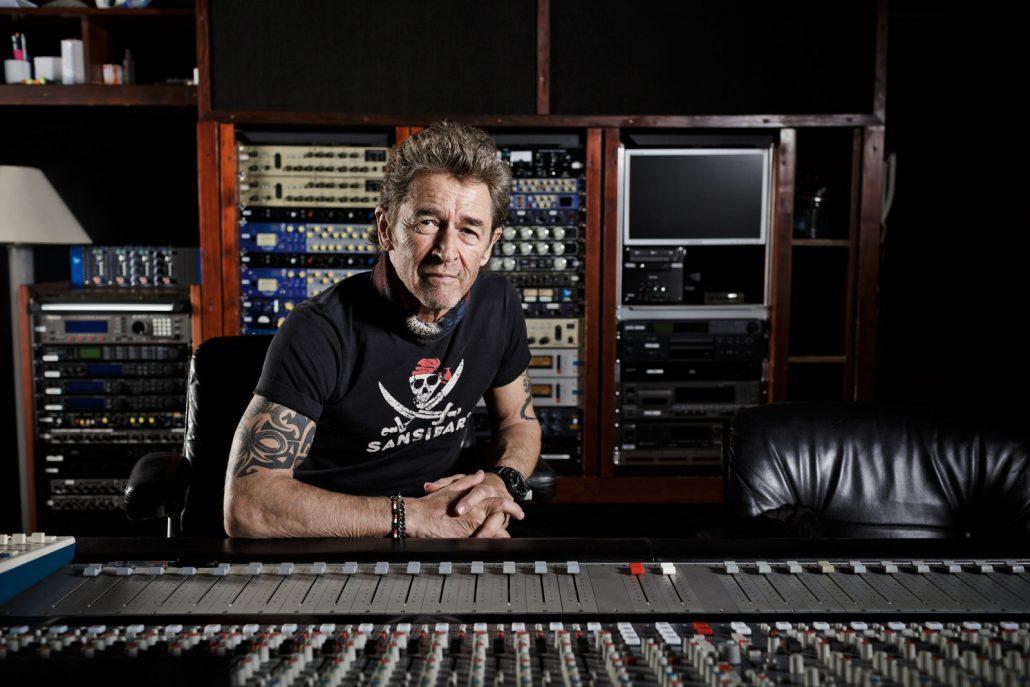 Musiker Peter Maffay im T-Shirt sitzend an einem großen Mischpult in seinem Studio.
