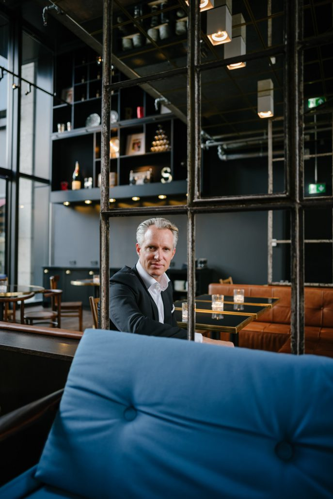 Michael Struck sitzend im Restaurantbereich des Hotels am Stiglmaierplatz