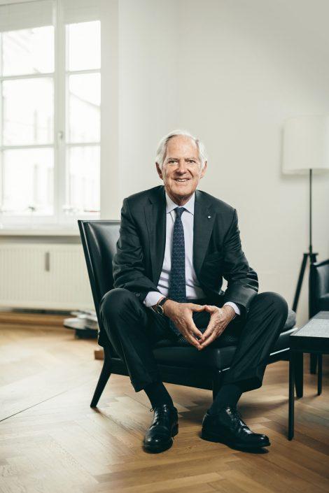 Roland Berger sitzend auf einem schwarzem Sessel in einem hellem Büro.