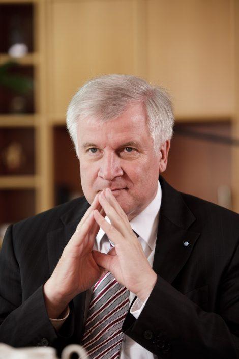 Horst Seehofer, Bayerischen MinisterprŠesident in nachdenklicher Pose.