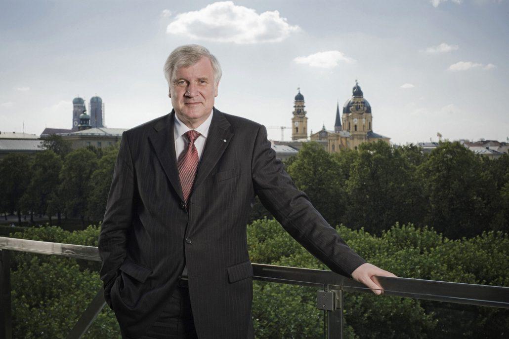 Horst Seehofer, Bayerischer Ministerpräsident a.D. auf dem Balkon der Staatskanzlei mit weißer Wolke über dem Kopf