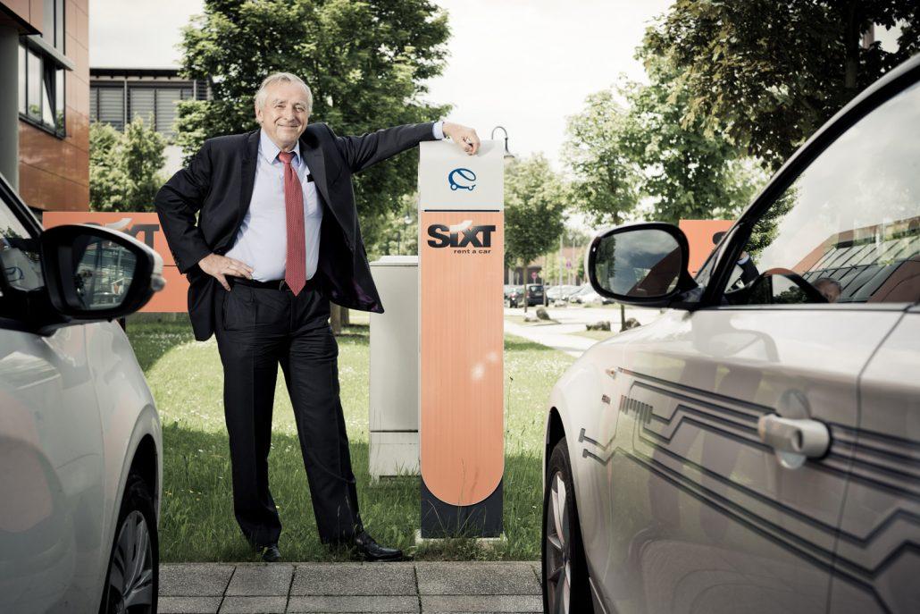Erich Sixt vor einer Stromzapfsäule für E-Autos