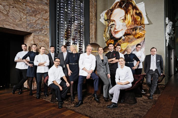 Gruppenfoto des Restaurant Teams des Sternerestaurants EssZimmer in der BMW Welt.