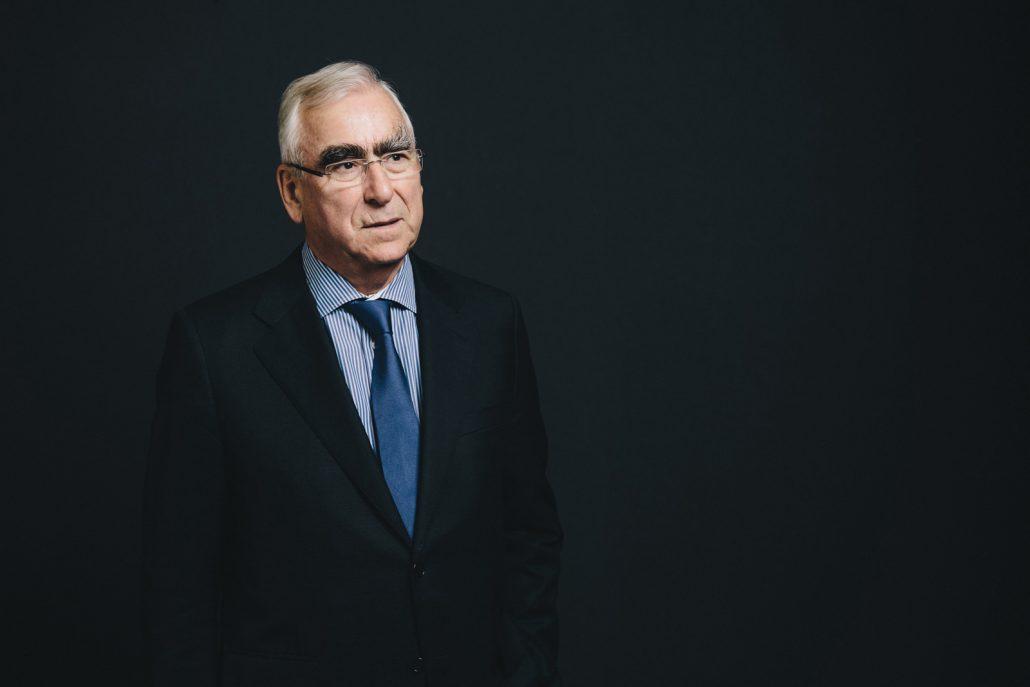 Dr. Theo Waigel im Porträt vor dunklem Hintergrund.
