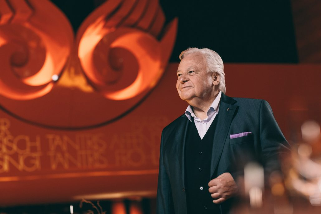 Eckart Witzigmann vor dem Logo des Tantris